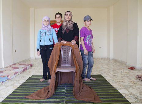 Miram, 11, vorne rechts, frühstückte gerade zu Hause in Syrien, als eine Bombe in die Küche flog und ihre Mutter tötete. Sie wurde zu der Familie ihres Bruders außerhalb von Beirut gebracht, wo sie nun lebt. UNHCR/E.Dorfman