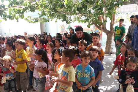 Adnan mit Kindern der Schule in Moaddamiyeh 2016. Foto: Privat