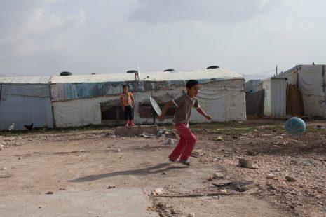 Spielende Kinder im libanesischen Flüchtlingslager in der Bekaa Ebene. Libanon 2015. Foto: Grace Kassab