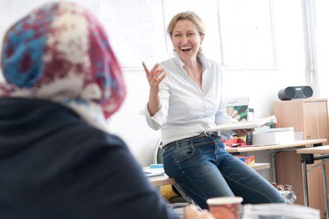 Die ehemalige Stewardess Anna Richter geht in ihrer Arbeit als Deutschlehrerin ganz auf. Foto: Jo Hempel