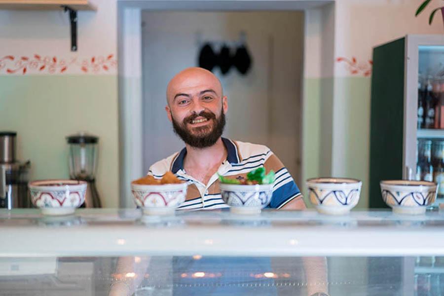 Samer Hafes im Aleppo Supper Club in Berlin-Friedrichshain. Foto: Maan Mousll