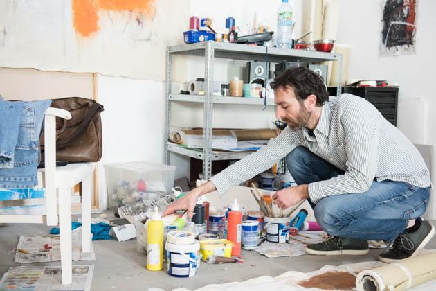 Der Künstler Mukhtar bei der Arbeit.