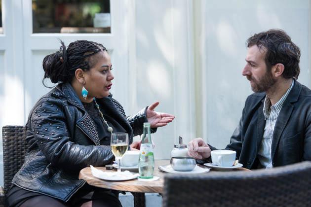 Mukhtar und die Autorin des Textes, Asma Abidi, im Gespräch. Bild: Jennifer Fey