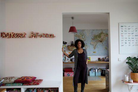 Unsere Redakteurin Elisabeth Wellershaus vor ihrem Arbeitsplatz bei sich zu Hause. Foto: Juliette Moarbes