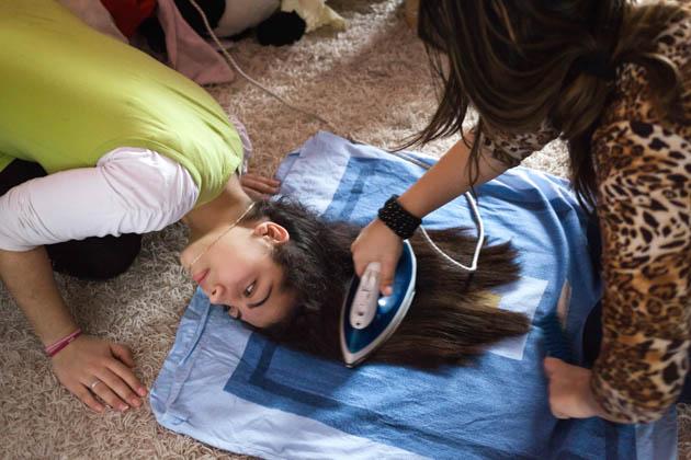 Die damals 13-jährige Sania lässt sich vor einem Ausflug die Haare glatt bügeln.
