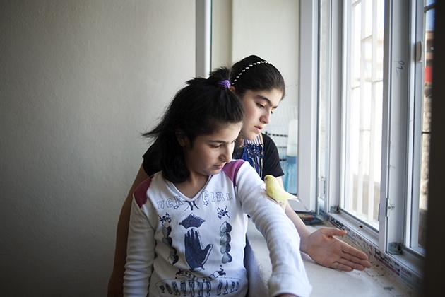 """""""Als wir kleine Mädchen waren ... spielten wir alle zusammen und hatten ein Haus voller Spielzeug. (...) In der Türkei gibt es nichts anderes als Sorgen."""" Eye (hinten) wünscht sich nichts als Frieden, um mit ihrer Familie nach Hause zurück kehren zu können. Foto: Emine Akdaba"""