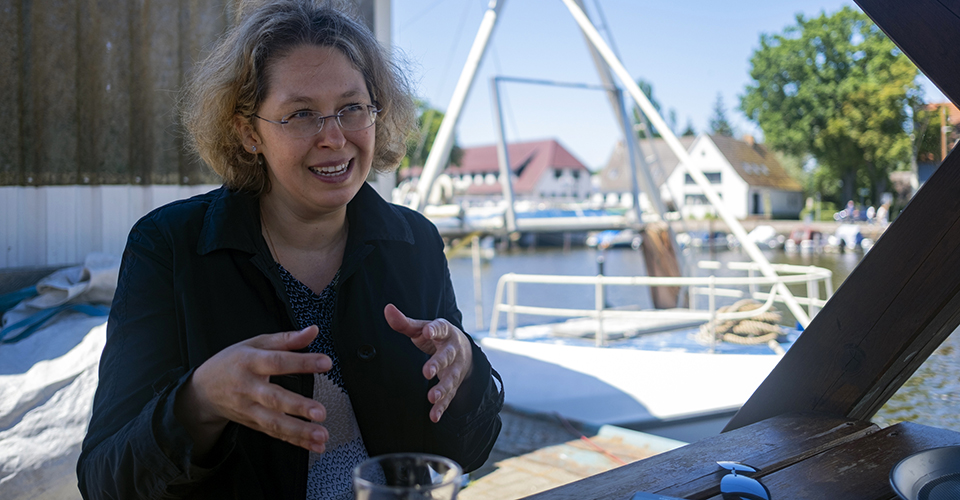 Portrait der Apothekerin Diana Wucherer, erzählend. Foto: Ceren Saner