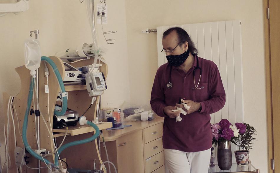 Der Pfleger Apo mit medizinischen Geräten. Foto: Sonja Hamad
