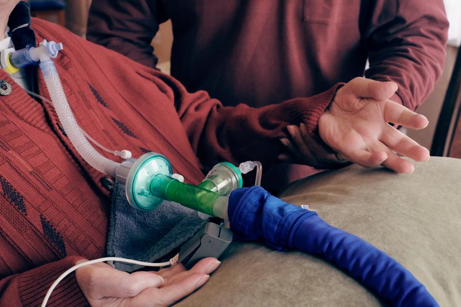 Der Pfleger Apo kümmert sich um einen Querschnittgelähmten, Hände. Foto: Sonja Hamad