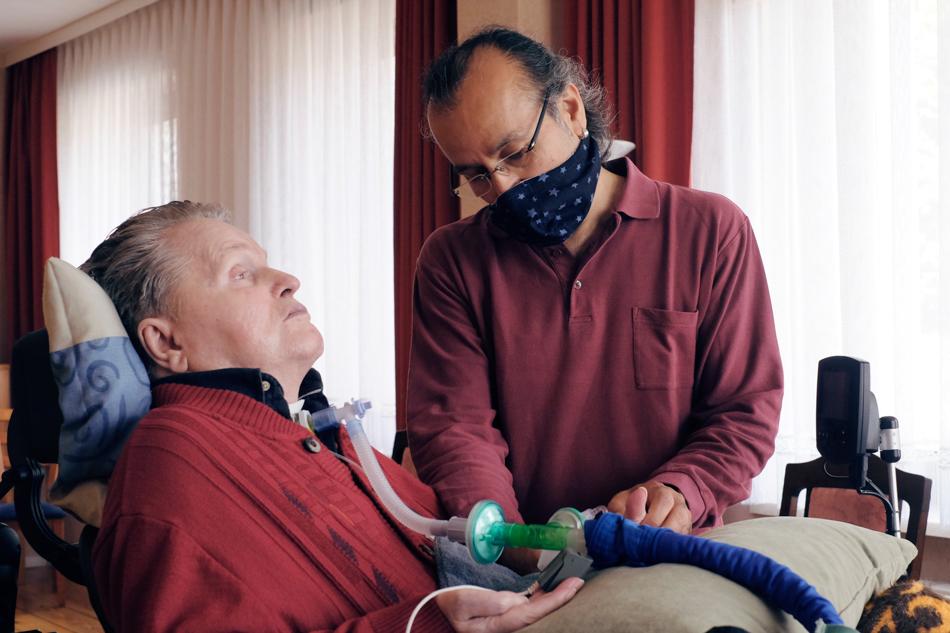 Der Pfleger Apo kümmert sich um einen Querschnittgelähmten. Foto: Sonja Hamad