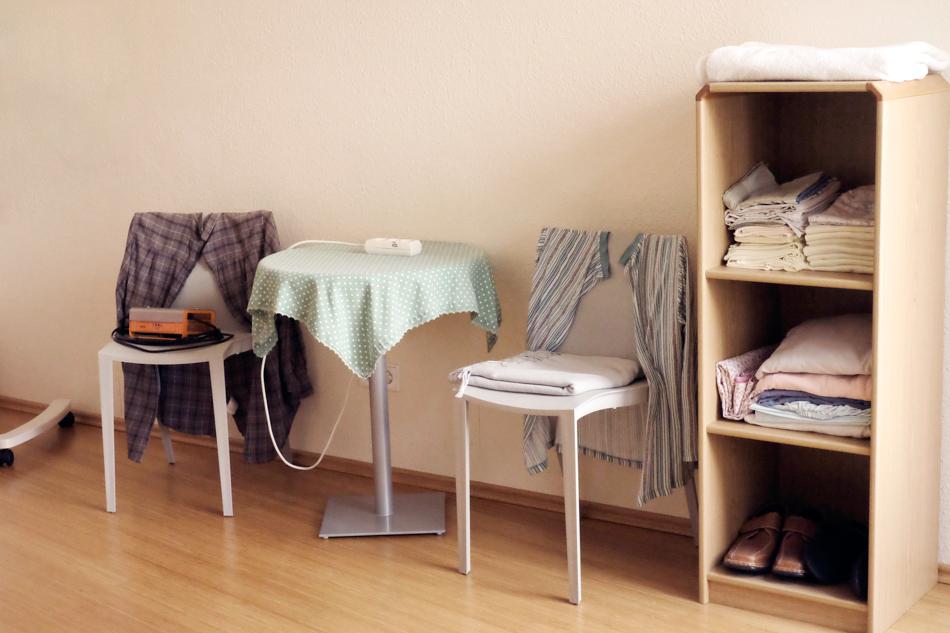 Stühle und Tisch mit Kleidung. Foto: Sonja Hamad