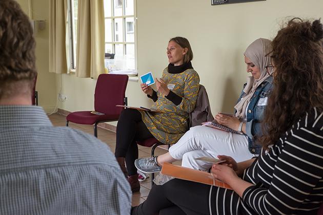 Heike Krüger vom Netzwerk Toleranz und Integration hat den Integrationsfachtag organisiert. Zusammen mit Kolleg*innen anderer Initiativen nimmt sie am Workshop von Aylin Karadeniz und Saleh Kahhal teil.